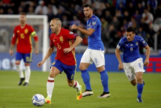 El centrocampista de la selección española de fútbol, Andrés Iniesta se escapa de Alessandro Florenzi.