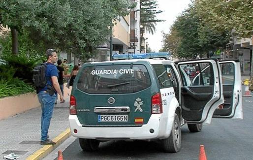 El operativo de seguridad de la Guardia Civil se movió con un todoterreno desde una sede bancaria a otra. Foto: TEF