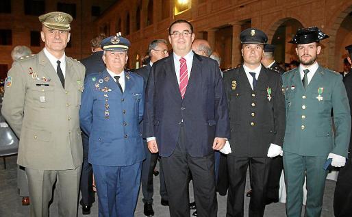 Los condecorados Antonio Ortiz, Eusebio Lozano, Ignacio Landa, Gabriel Muñoz y Javier Guerra.