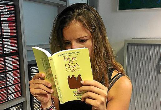 Una joven hojea la reedición de 'Mort de dama'.
