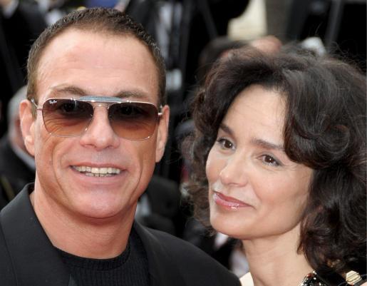 El actor Jean-Claude Van Damme junto a su pareja en el festival de Cannes de este año.