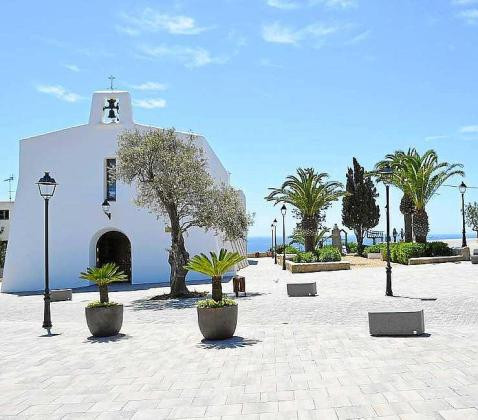 Imagen de la plaza de es Cubells con su característica iglesia.