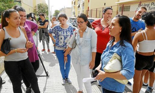 Las hermanas de la niña agredida recibieron ayer el apoyo de numerosos vecinos de Son Roca y de padres de alumnos.