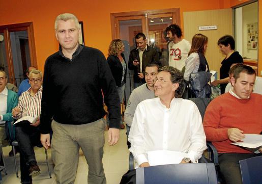 Melià pasa junto a Miquel Munar en la reunión celebrada ayer.