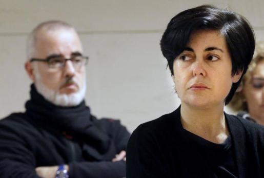 Fotografía de archivo (01/10/2015), de la abogada Rosario Porto (d) y el periodista Alfonso Basterra (i), cuya condena a 18 años de cárcel impuesta por el Tribunal Superior de Justicia de Galicia, cada uno, por el asesinato de su hija adoptiva Asunta Basterra, ha sido confimada por el Tribunal Supremo de Justicia.