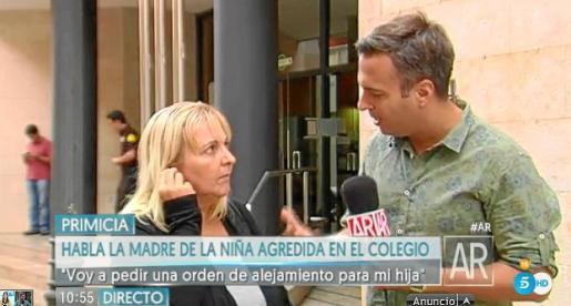 Acompañada de periodistas de una televisión nacional, la madre de la niña acudió este martes a la Fiscalía de Menores de Palma para pedir una orden de alejamiento de los doce agresores.