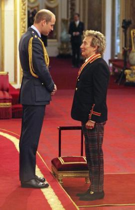El cantante británico Rod Stewart es nombrado caballero por el príncipe Guillermo de Inglaterra, duque de Cambridge, en el Palacio Buckingham en Londres.