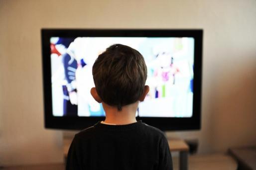 Según un estudio, el 70 % de los niños en España come mientras ve la televisión.