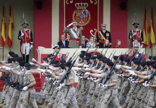 Los Reyes, acompañados por sus hijas la princesa Leonor y la infanta Sofía, presiden el desfile militar de la Fiesta Nacional.
