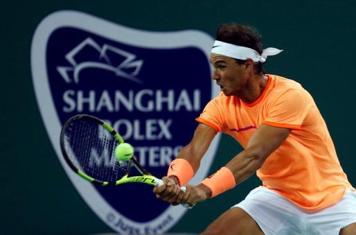 El español Rafael Nadal devuelve una bola ante Viktor Troicki durante el Másters 1000 de Shanghái.
