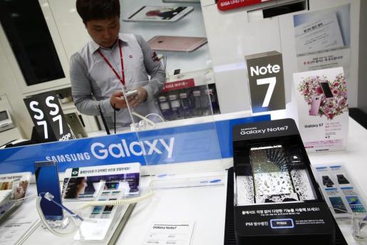 Un dispositivo Samsung Galaxy Note 7 expuesto en una tienda de Seúl.