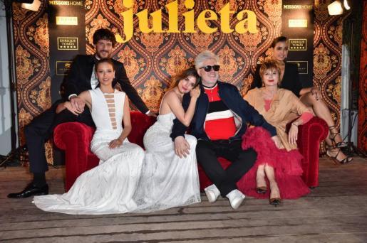 Los principales protagonistas de 'Juieta', con Pedro Almodóvar.