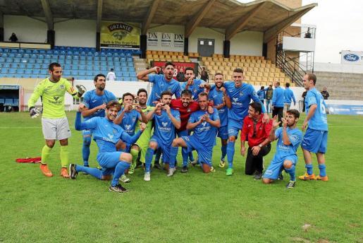 Los jugadores del Formentera celebran la victoria en el terreno de juego.