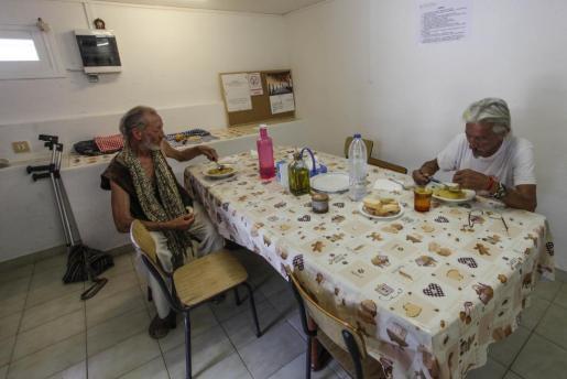 Personas sin hogar asisten a un comedor social gestionado por Càritas en Santa Eulària, Ibiza.