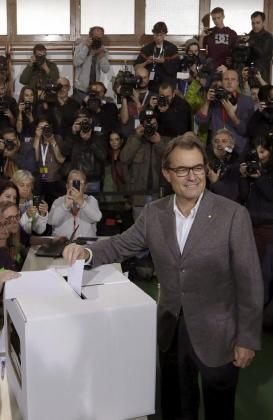 Fotografía de archivo (Barcelona, 09/11/2014), del expresidente catalán Artur Mas, en el momento de depositar su papeleta en la jornada participativa, sin carácter vinculante, sobre la independencia de Cataluña.
