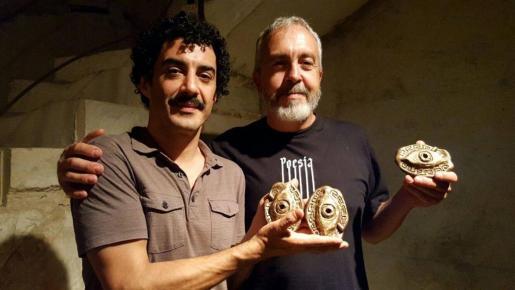 El actor Edwin García, con los premios obtenidos por en el festival s'Illo de Can Timoner, junto al autor de los galardones, Tomeu Vidal,
