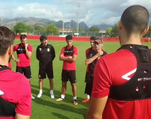 El gallego Óscar Bruzón, a la izquierda de la imagen con camiseta negra, durante el entrenamiento de este jueves del Real Mallorca en Son Bibiloni.
