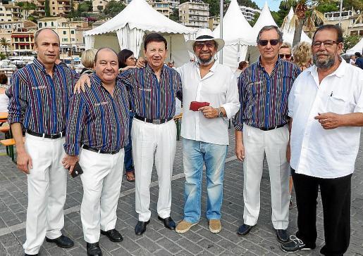 Tomeu Penya y Miquel Jaume, con los miembros del grupo 'Mar Endins', de Sant Cugat: Miquel Marín, Àlvar Honrubia, Francesc Salse y Josep Gay.