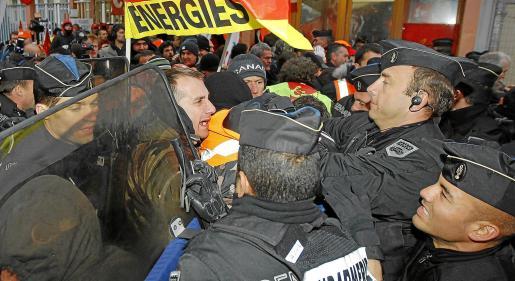 Forcejeo entre agentes de la Gendarmería francesa y sindicalistas durante la apertura de la refinería de Grandpuits, al sudeste de París.