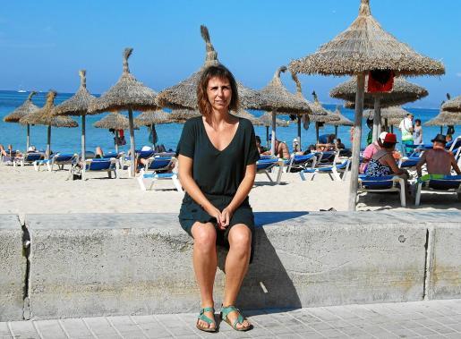La portavoz del GOB Margalida Ramis visitó con El Económico la Platja de Palma. Defendió con convicción sus planteamientos.