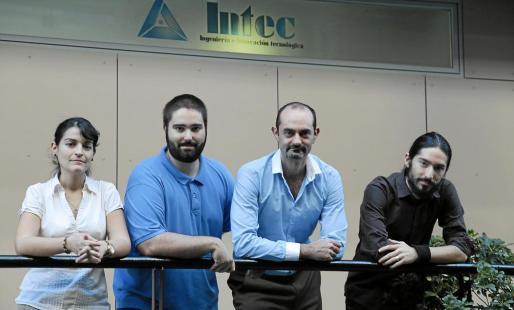 Rocío, Ángel, Juan José -propietario- y Víctor son algunos de los trabajadores de Intec, que tiene sus oficinas en el Parc Bit de Palma.      FOTO:PERE BOTA