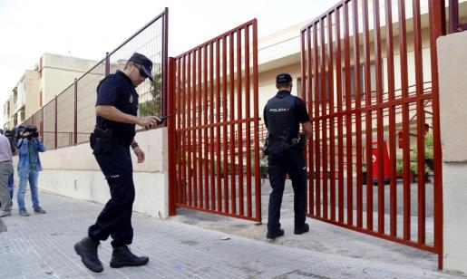 Dos agentes de la Policía Nacional entran en el colegio Anselm Turmeda de la barriada palmesana de Son Roca.