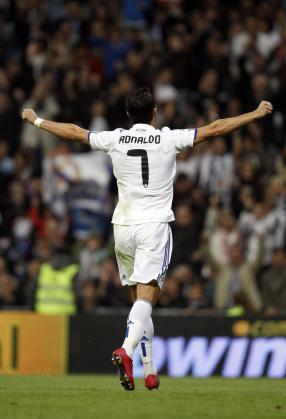 El jugador del Real Madrid, Cristiano Ronaldo, celebra su cuarto gol ante el Racing.