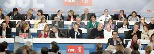 El presidente del Gobierno y secretario general del PSOE, José Luis Rodríguez Zapatero (c), al inicio de la reunión del Comité Federal de los socialistas, en el que se proclaman las candidaturas para las elecciones municipales y autonómicas del próximo año.