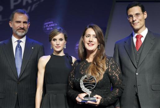 La ganadora de la 65 edición del Premio Planeta, la escritora Dolores Redondo (2d), acompañada por los Reyes, Felipe y Letizia, y del finalista Marcos Chicot (d).