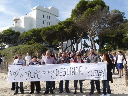 Representantes municipales, vecinales, comerciantes y hoteleros abrieron la marcha reivindicativa por la línea de playa.