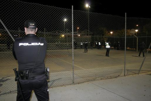 Un total de 50 agentes del Cuerpo Nacional de Policía (comisaría de Distrito Oeste) y de la Policía Local de Palma, entre los que se ecnontraba la unidad especial de bandas (GAP), 'tomaron' el control del parque de Son Oliva.