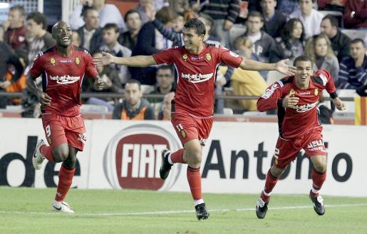 El centrocampista uruguayo del Mallorca, Chori Castro (c), celebra junto a sus compañeros, el delantero camerunés Pierre Webó (i) y el defensa brasileño Edson Ramos Silva 'Ratinho' (d), el gol conseguido por Castro ante el Valencia, el segundo para el equipo.