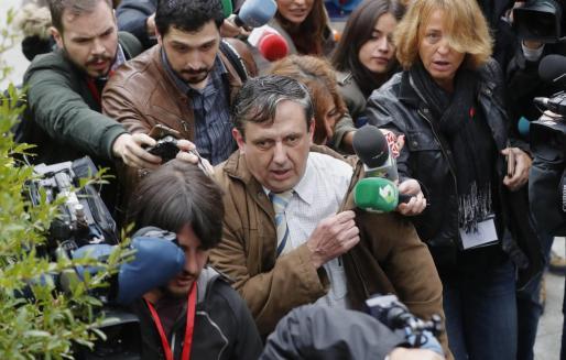 El abogado de Antonio Ortiz, el presunto pederasta de Ciudad Lineal, es abordado por los periodistas a su llegada a la Audiencia Provincial de Madrid.