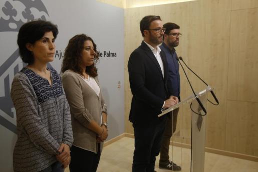 Hila, con su equipo de gobierno, durante la rueda de prensa.