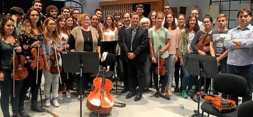 Los alumnos de la Acadèmia Simfònica, junto a Pablo Mielgo, Ruth Mateu y representantes del Conservatori.