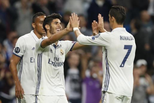 El centrocampista del Real Madrid Marco Asensio celebra su gol, tercero del equipo blanco frente al Legia de Varsovia, con Cristiano Ronaldo.