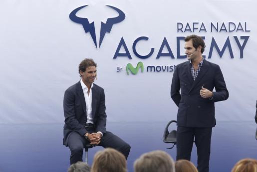 Rafa Nadal escucha atentamente las palabras que ha pronunciado Roger Federer durante el acto inaugural.