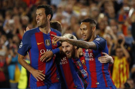 Lionel Messi celebra uno de sus goles con Neymar y Sergio Busquets.
