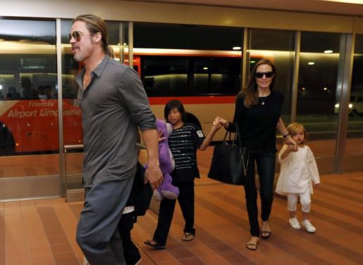 Brad Pitt y Angelina Jolie con sus hijos en Tokio.