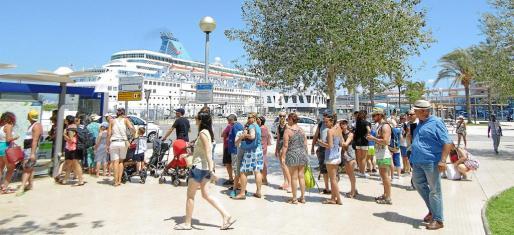 Numerosos turistas norteamericanos llegan a Palma en un crucero.
