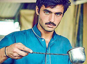 Arshad Khan llama la atención por sus ojos claros.
