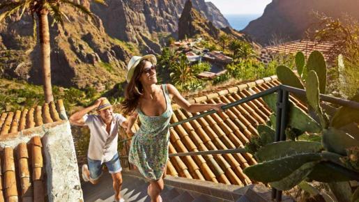 Una pareja disfrutando de sus vacaciones en Tenerife.