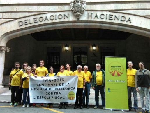 Miembros y simpatizantes de la Assemblea Sobiranista se han concentrado este viernes ante Hacienda para conmemorar el centenario de Mallorca contra el expolio fiscal.