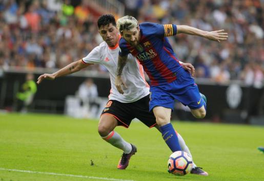 Messi, autor del tanto decisivo, intenta zafarse de su compatriota Enzo Pérez.