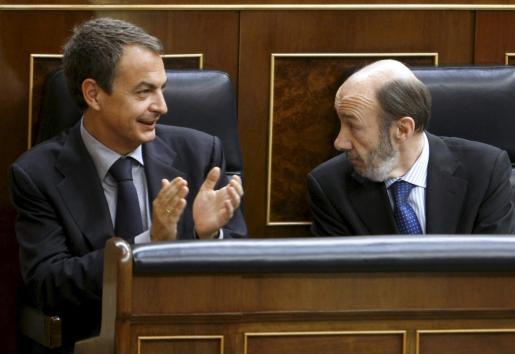 El jefe del Ejecutivo, José Luis Rodríguez Zapatero (i), aplaude al vicepresidente primero y portavoz, Alfredo Pérez Rubalcaba, tras su intervención en la la primera sesión de control al Gobierno.