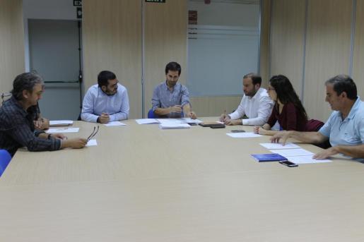 Imagen de la reunión mantenida por los representantes de la comisión 'Tots per la Serra'.