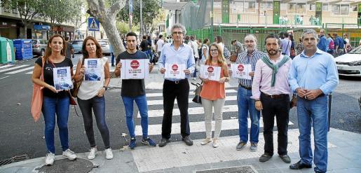 Un grupo de vecinos de la calle Jesús de Palma se manifestó este lunes.