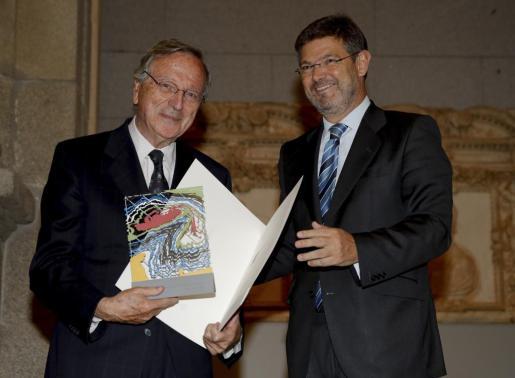 El ministro de Fomento en funciones, Rafael Catalá (d), entrega a Rafael Moneo (i) el Premio Nacional de Arquitectura 2015.