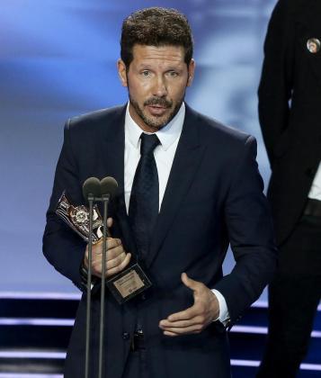 El técnico argentino del Atlético de Madrid, Diego Pablo Simeone, tras recoger el galardón que le acredita como 'Mejor Entrenador'.