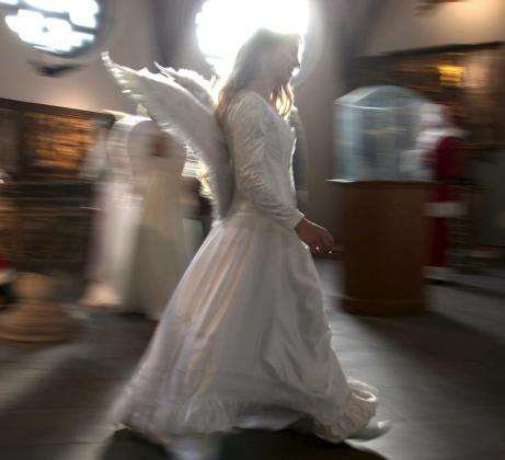 Un ángel llega para la firma de «El Código de Honor de Santa Claus» en Berlín.